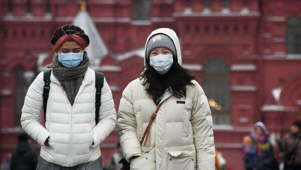 Иностранные туристы в защитных масках на Красной площади в Москве - Sputnik Latvija