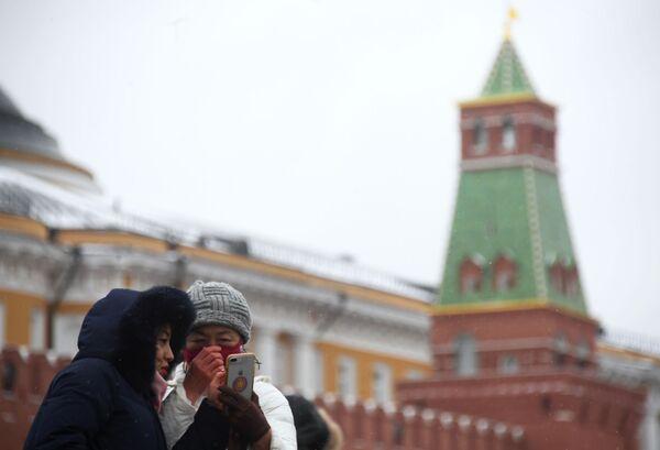 Иностранные туристы в защитных масках на Красной площади в Москве - Sputnik Латвия