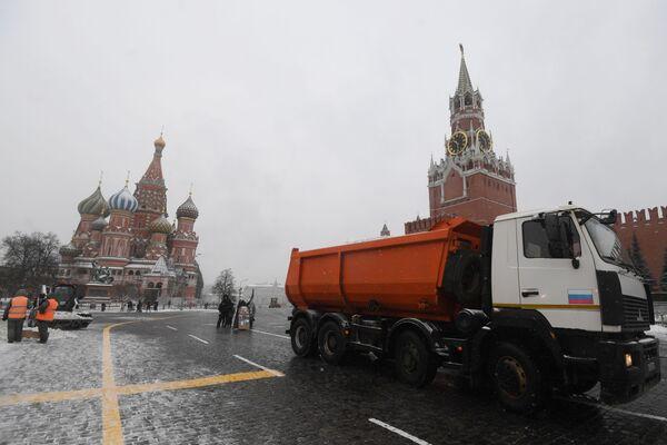 Снегоуборочная техника на Красной площади в Москве - Sputnik Латвия