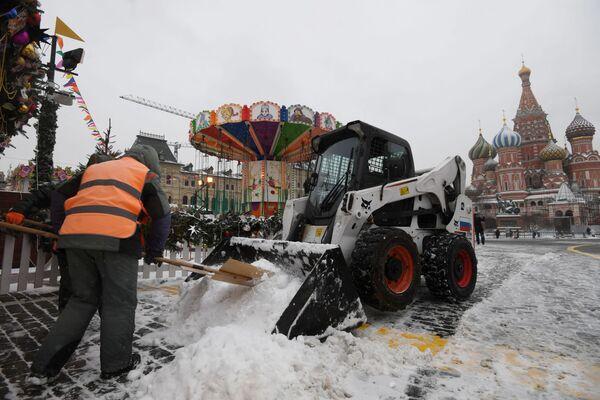 Уборка снега в Москве  - Sputnik Латвия