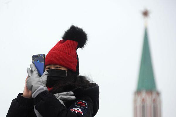 Иностранная туристка в защитной маске на Красной площади в Москве - Sputnik Латвия