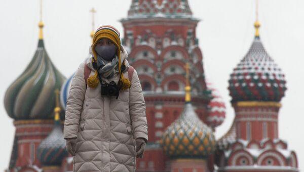 Иностранная туристка в защитной маске на Красной площади в Москве - Sputnik Latvija