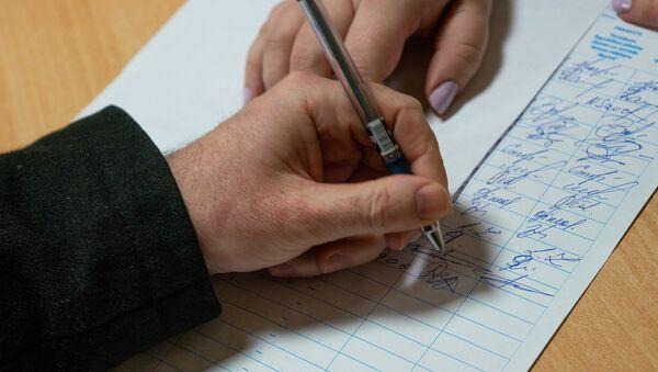 Эта подпись стала 13-й на участке сбора подписей в 92-й школе с момента начала голосования. - Sputnik Латвия