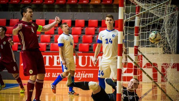 Сборная Латвии по футзалу забивает гол сборной Эстонии в отборочном матче Чемпионата Европы - Sputnik Латвия