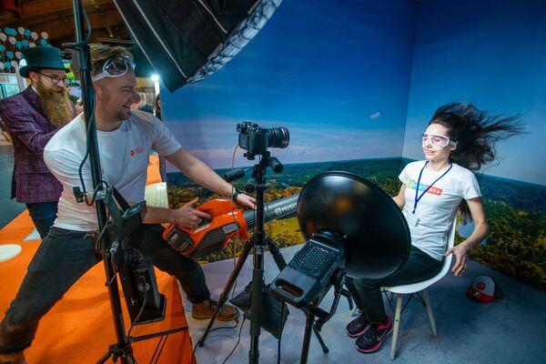 На стенде Сигулды посетителям предлагали сделать необычные снимки с помощью воздуходовки - Sputnik Латвия