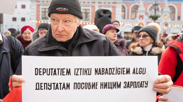 Пикет против закрытия пунктов бесплатной раздачи горячего питания - Sputnik Латвия
