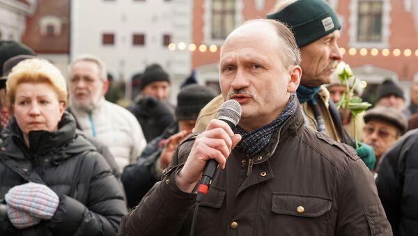 Мирослав Митрофанов на пикете против закрытия пунктов бесплатной раздачи горячего питания - Sputnik Латвия