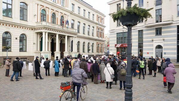 Пикет у Рижской думы против закрытия пунктов бесплатной раздачи горячего питания - Sputnik Латвия