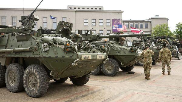 Тяжелая военная техника США в Даугавпилсе в 2016 году - Sputnik Латвия