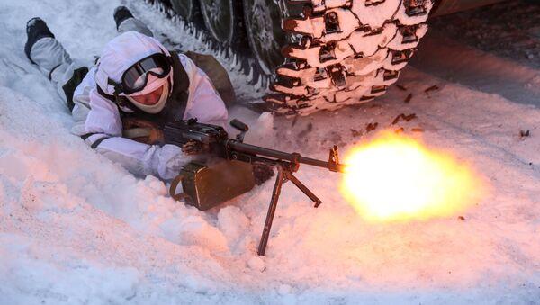 Военнослужащий мотострелкового подразделения Печенгской бригады Северного флота РФ проводит отработку тактических приемов - Sputnik Латвия