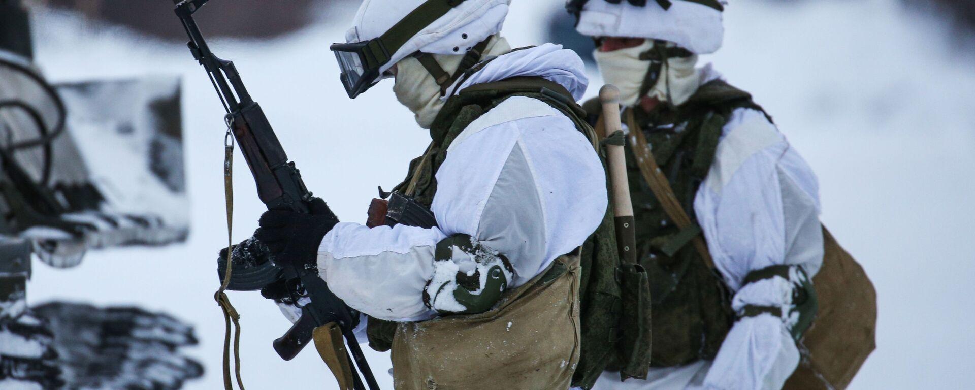 Военнослужащие мотострелкового подразделения Печенгской бригады Северного флота РФ проводят отработку тактических приемов - Sputnik Latvija, 1920, 06.02.2021