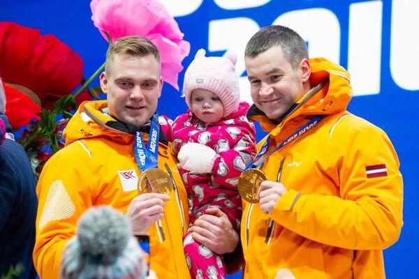 Янис Стренга и Арвис Вилкасте позируют с золотыми медалями зимней Олимпиады в Сочи - Sputnik Латвия