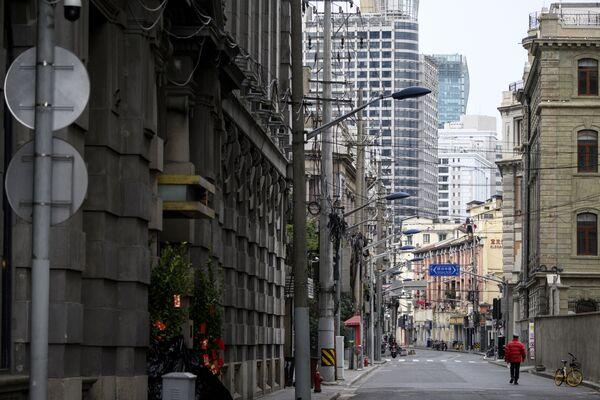 На улицах Уханя, как, впрочем, и других крупных китайских городов, сегодня редко встретишь пешехода - Sputnik Латвия