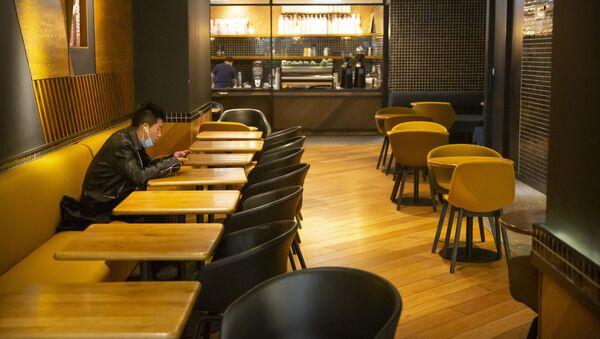 Мужчина в пустом ресторане в Пекине  - Sputnik Latvija