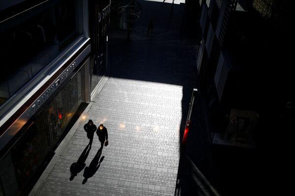 Редкие пешеходы на улицах Уханя надеются на защиту марлевых масок - Sputnik Латвия