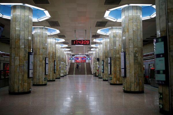 Пассажиры на пустынном вокзале в Пекине - Sputnik Латвия