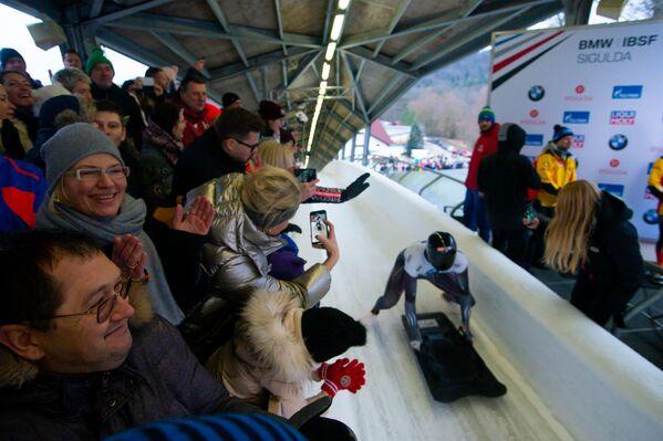 Зрители наблюдают за выступлением скелетонистов в Сигулде - Sputnik Латвия