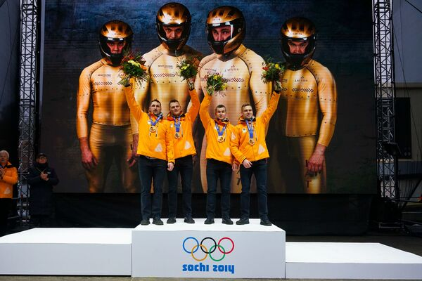 Оскарс Мелбардис и Даумантс Дрейшкенс, Арвис Вилкасте и Янис Стренга получили золотые медали зимней Олимпиады в Сочи - Sputnik Латвия