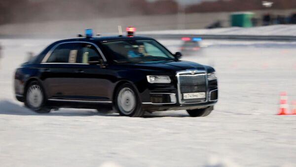 Видеофакт: водители ГОНа показали, на что способен лимузин Aurus - Sputnik Латвия