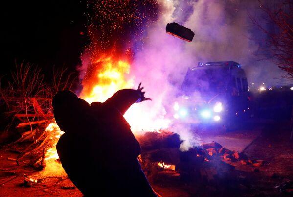 Protestētāju un policijas sadursmes Poltavas apgabalā, kur tika izvietoti no Ķīnas evakuētie cilvēki. - Sputnik Latvija