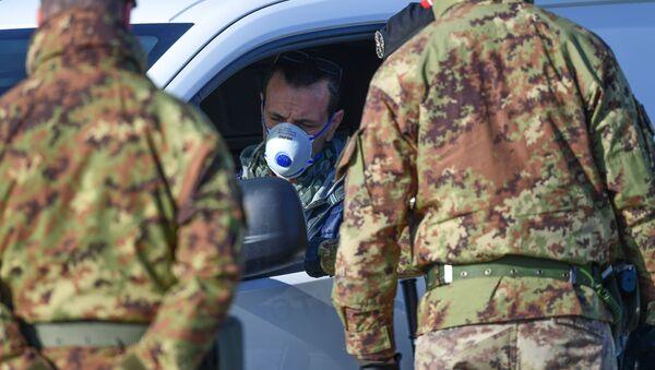 Солдаты итальянской армии проверяют документы у водителя - Sputnik Latvija