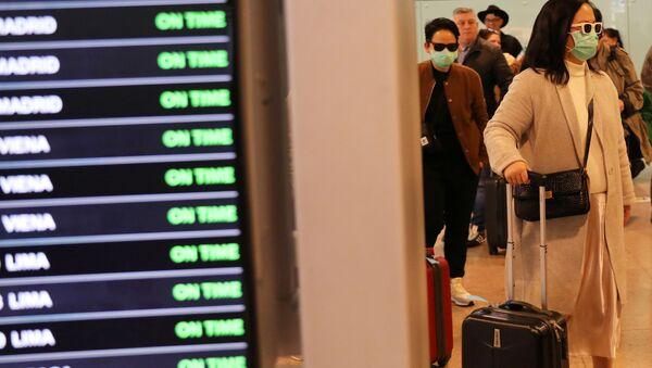 Туристы прибывают в аэропорт  - Sputnik Latvija