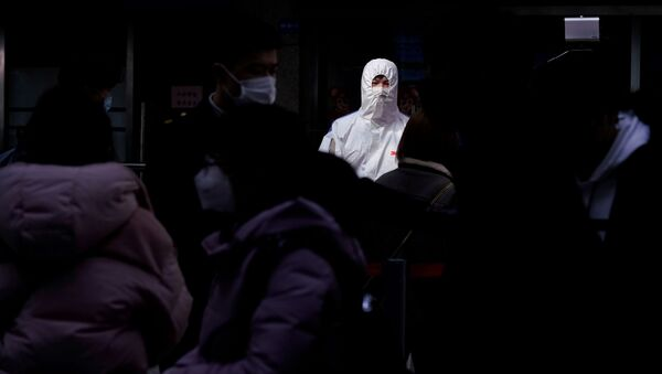 Пассажиры в масках на  железнодорожном вокзале в Шанхае - Sputnik Латвия