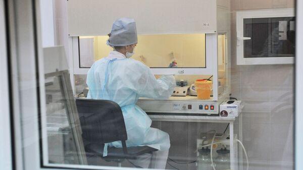 Лаборант проводит исследование биологического материала - Sputnik Latvija