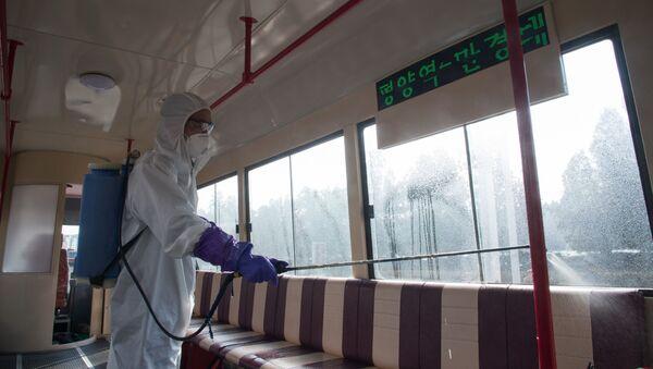 Дезинфекция трамвая против распространения коронавируса в Пхеньяне - Sputnik Латвия