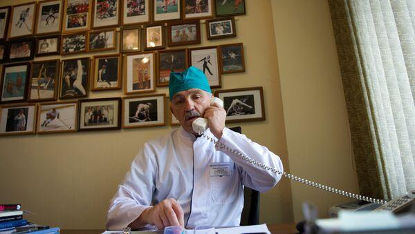 Врач разговаривает по телефону - Sputnik Latvija