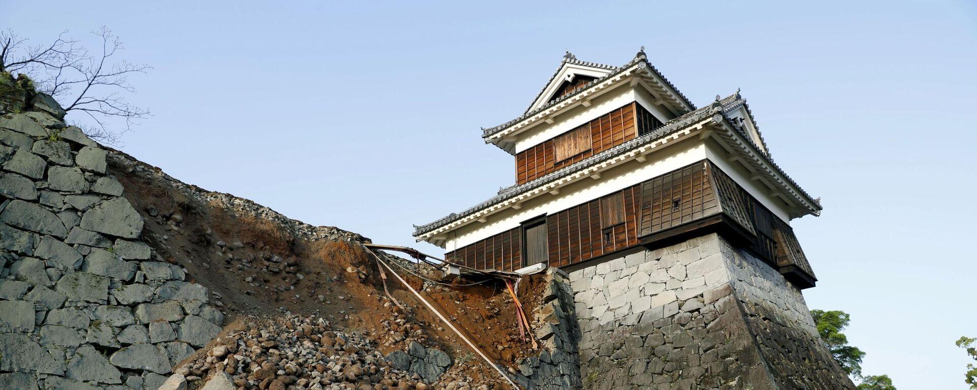 Пострадавшая от землетрясение стена замка в городе Кумамото в Японии - Sputnik Latvija, 1920, 22.11.2016