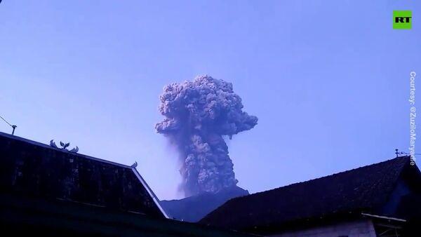 В Индонезии началось извержение вулкана Мерапи - Sputnik Латвия