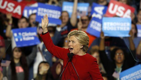 Хиллари Клинтон выступает во время своей предвыборной кампании в 2016 году - Sputnik Латвия