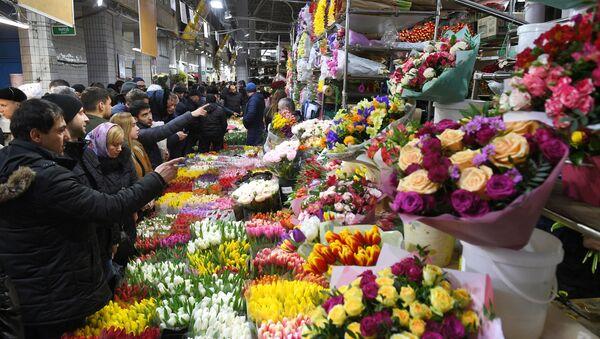 Продажа цветов накануне 8 марта - Sputnik Latvija