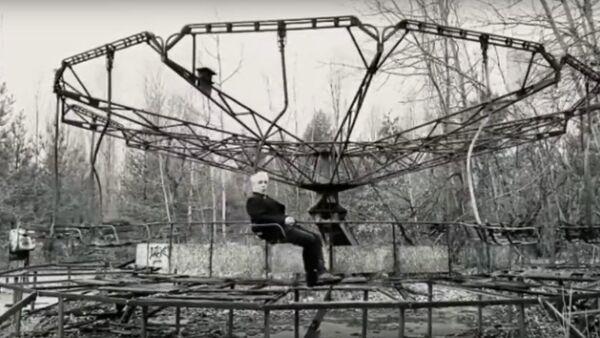 Тилль Линдеманн прокатился в Припяти на карусели  - Sputnik Latvija