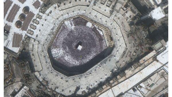 Большая толпа вокруг Каабы у Мечети аль-Харам в священном городе Мекка, Саудовская Аравия, до коронавируса 14 февраля 2020 года и то же место во время коронавируса 3 марта 2020 года - Sputnik Латвия