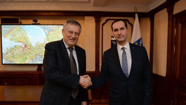 Губернатор Ленинградской области Александр Дрозденко (слева) и посол Латвии в России Марис Риекстиньш - Sputnik Латвия
