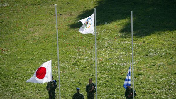 Поднятие флагов на репетиции церемонии зажжения Олимпийского огня для Токио-2020 - Sputnik Latvija