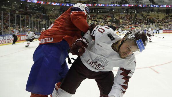 Форвард сборной Латвии Рихардс Букартс (справа) во время матча со сборной Норвегии - Sputnik Латвия