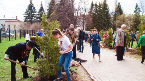 Ветераны и волонтеры сажают деревья - Sputnik Латвия