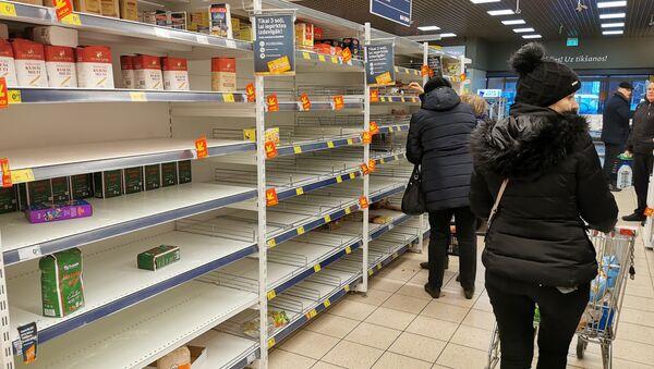 Пустые полки магазина Максима в Риге. Рижане выкупают макароны, крупы и мясные консервы - Sputnik Latvija