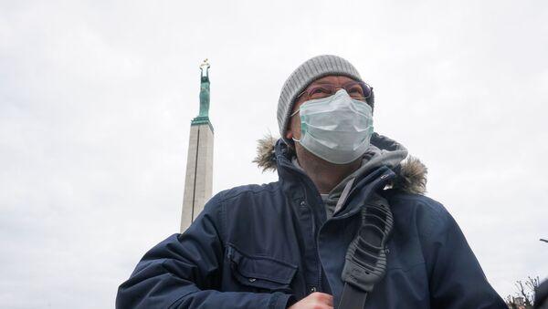 Видеооператор возле памятника Свободы в Риге 16 марта 2020 года - Sputnik Latvija