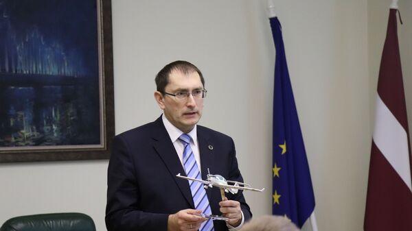 Министр сообщения Талис Линкайтс с моделью самолета - Sputnik Латвия