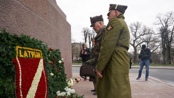 Возложение цветов к памятнику Свободы в Риге 16 марта 2020 года  - Sputnik Latvija