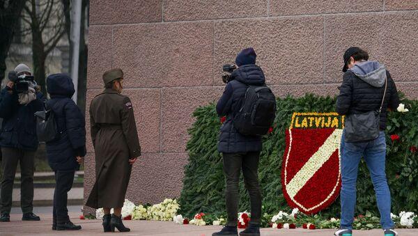 Возложение цветов к памятнику Свободы в Риге 16 марта 2020 года - Sputnik Латвия