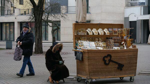 Продавец сувениров в Старой Риге после введения черезвычайного положения из-за коронавируса - Sputnik Латвия