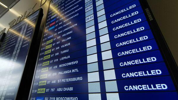 Табло вылета аэропорту Рига со списком отмененных рейсов авиакомпании airBaltic - Sputnik Латвия