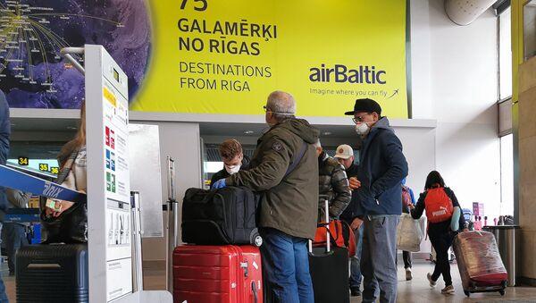 Пассажиры в масках в аэропорту Рига - Sputnik Латвия