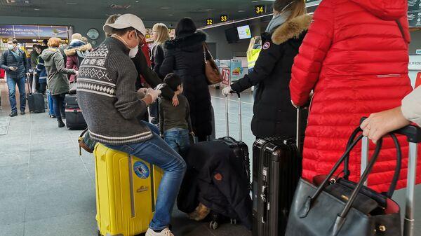 Пассажиры в масках в аэропорту Рига - Sputnik Latvija