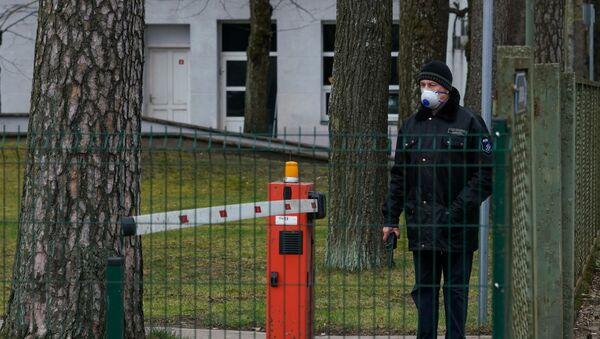Охранник в Латвийском центре инфектологии - Sputnik Latvija